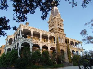 1024px-Rupertswood_mansion_side_angle_shot